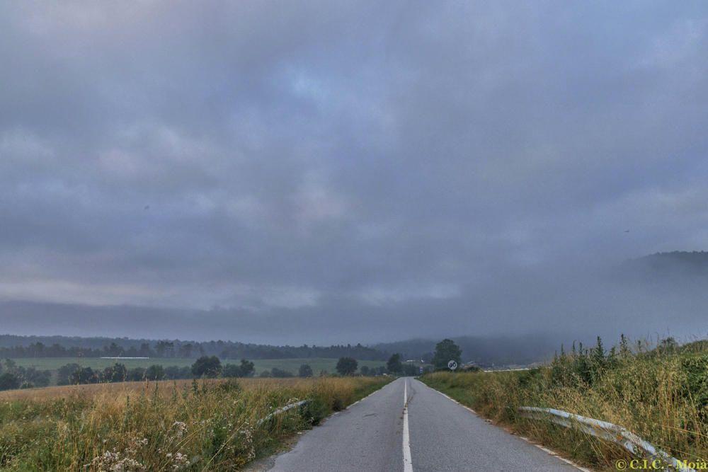 Albada al Moianès, amb boires i núvols
