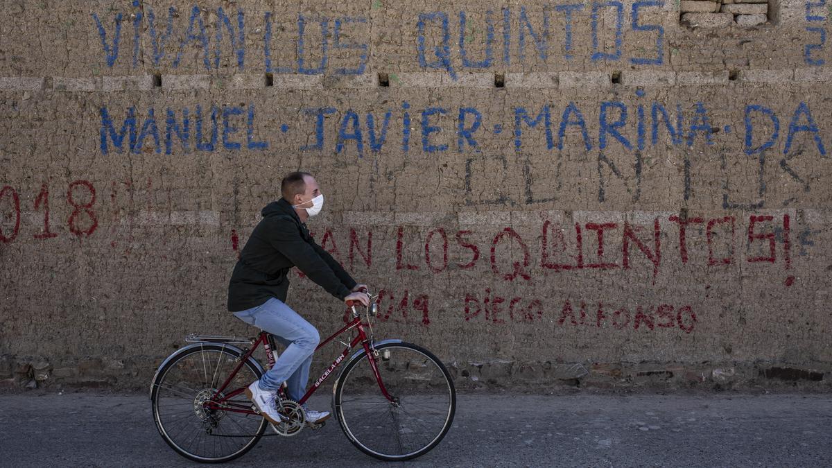Un joven pasea en bicicleta por Piedrahíta de Castro.