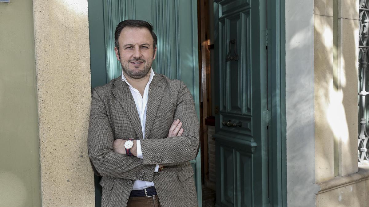 PabloRuz, en una imagen en el arco del Ayuntamiento de Elche.