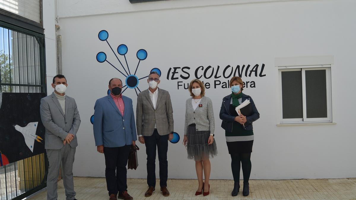 La delegada de Educación y el director del IES Colonial (en el centro), durante la visita.