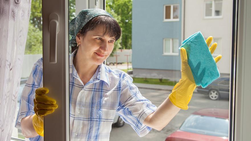 La clave para limpiar los cristales de casa y que queden brillantes y relucientes, según los expertos en limpieza