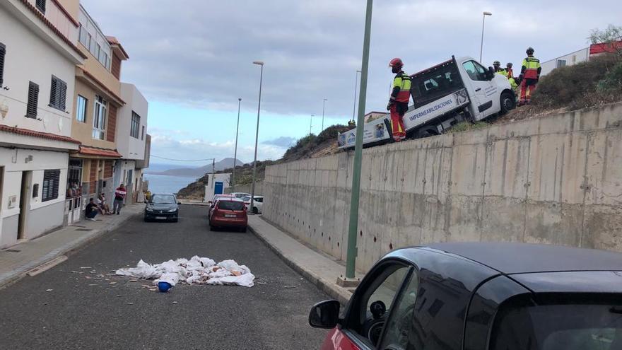 Un furgón cae por un terraplén y pierde su carga en Las Palmas de Gran Canaria