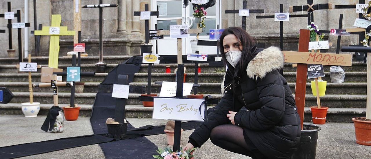 Guadalupe Pérez, gerente de la tienda Joy Baby, ayer en el cementerio simbólico que los comerciantes escenificaron en Tui.   | // RICARDO GROBAS