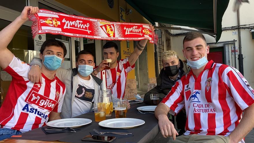 """Los aficionados del Sporting disfrutan en las terrazas antes del derbi: """"Lo más importante es ganar al Oviedo, y luego ya pensaremos en la clasificación"""""""