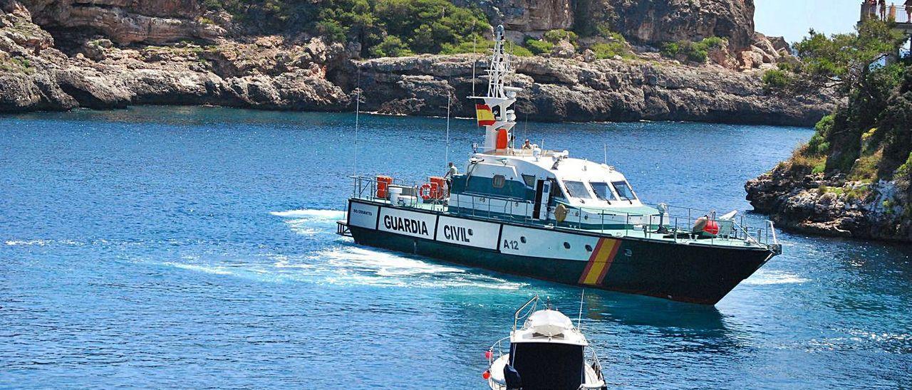 Una patrullera de la Guardia Civil entra en Cala Figuera tras un rescate de migrantes.
