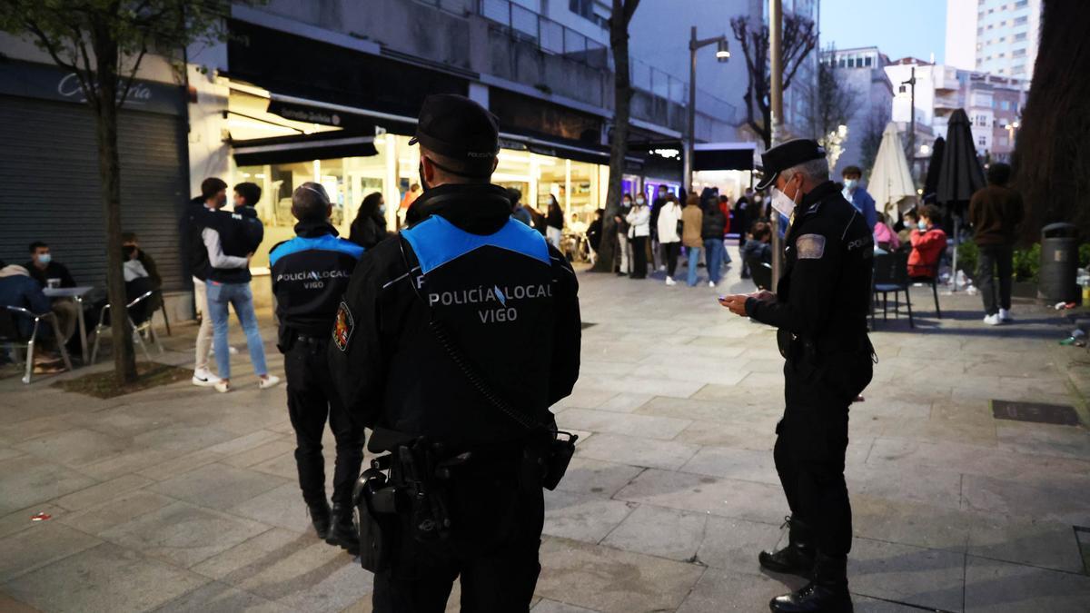 Agentes de la Policía Local de Vigo vigilan las calles de la ciudad para comprobar que se cumplen las medidas anti-COVID-19, en una imagen de archivo.