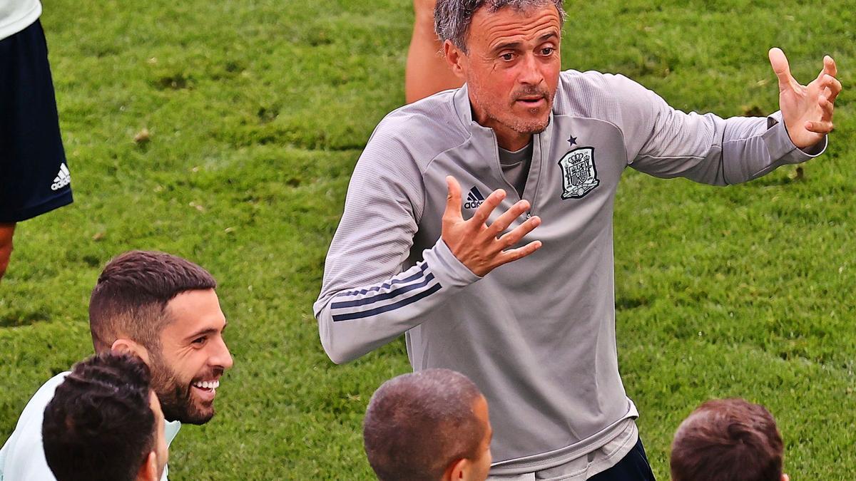 Luis Enrique charla con sus  jugadores durante el  entrenamiento vespertino  celebrado ayer por las  selección en el Parken  Stadium de Copenhague.     // EFE