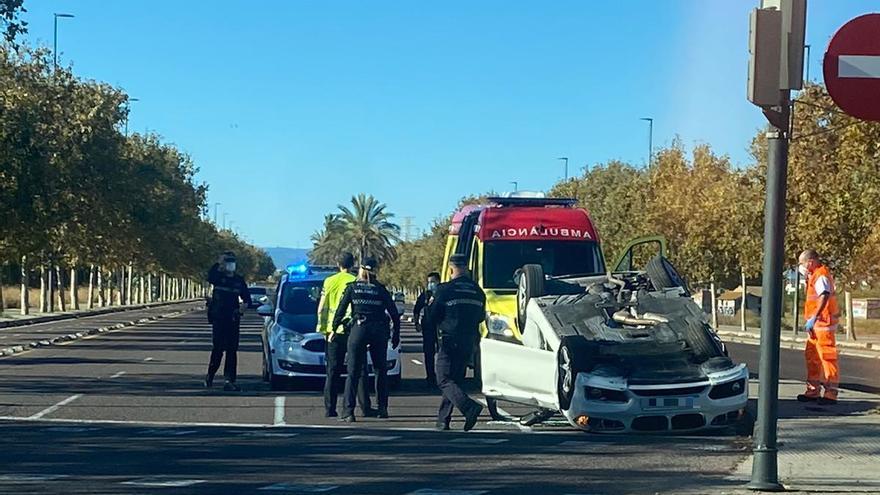 Espectacular vuelco de un BMW en la ronda norte tras un accidente de tráfico