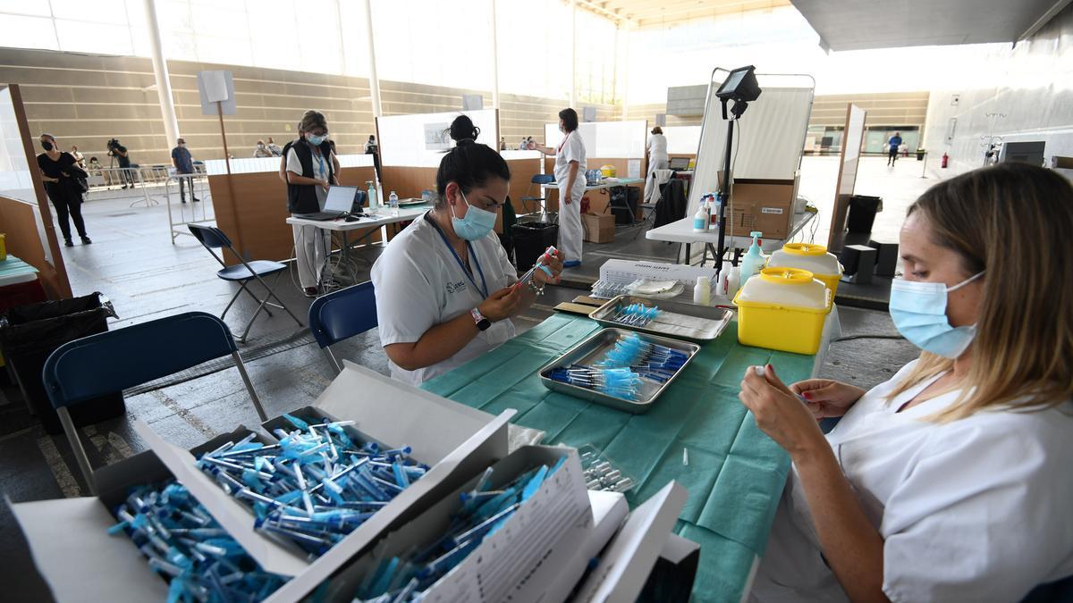 Personal sanitario en el Recinto Ferial de Pontevedra, donde se realiza la vacunación masiva.