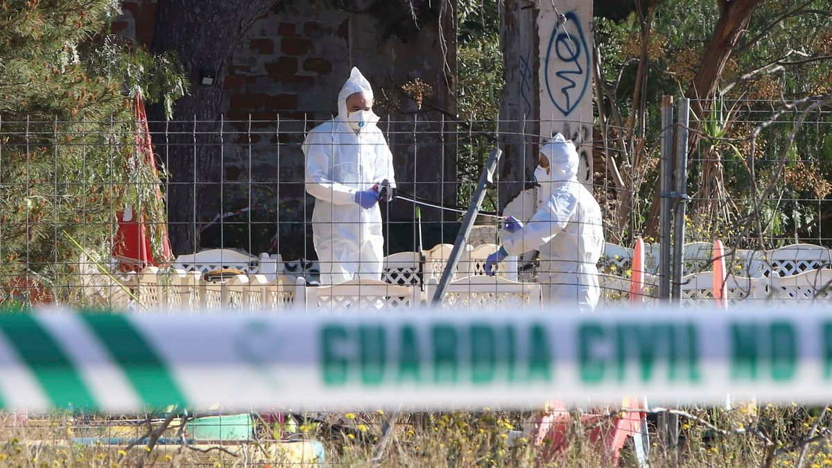 La Guardia Civil en el lugar donde aparecieron los cadáveres.