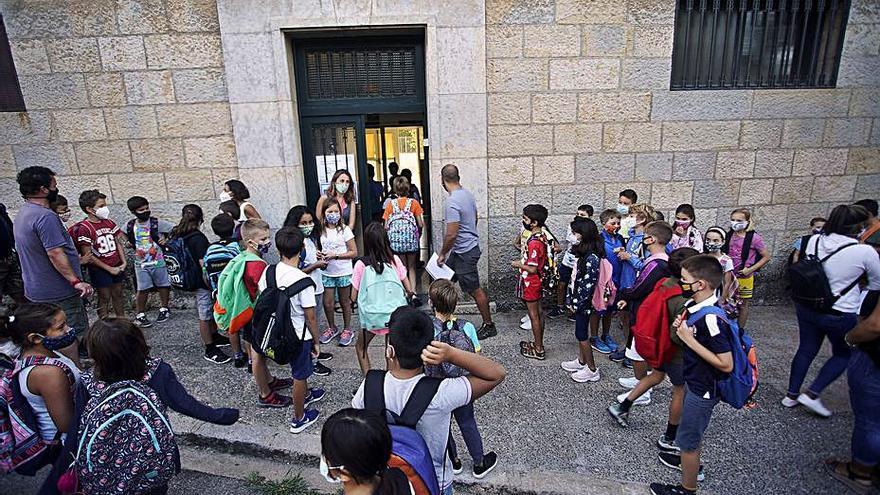 Denuncien que 10 infants s'han quedat sense plaça a l'escola pública del seu barri