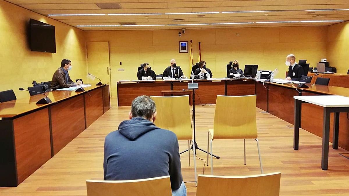 L'acusat, d'esquenes, durant el judici a l'Audiència de Girona a mitjans de maig. | ARIADNA SALA
