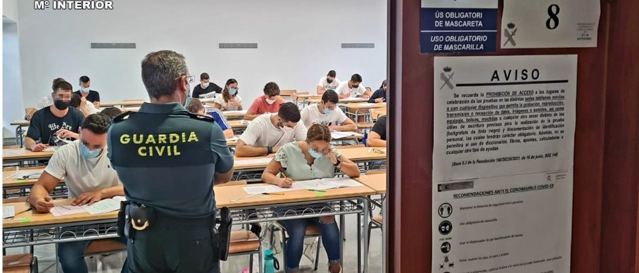 Aspirantes a una de las plazas de la Guardia Civil realizan las pruebas durante la mañana