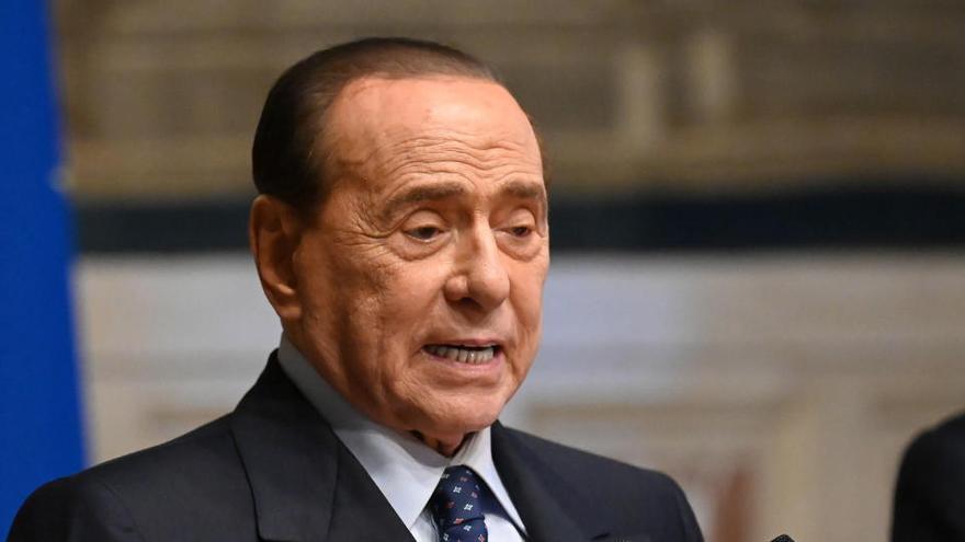 Berlusconi pasa la noche en el hospital por una caída