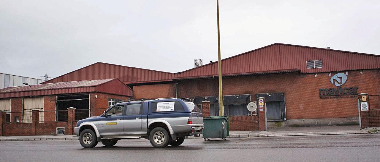 Un todoterreno pasa por delante de las instalaciones del Matadero de Avilés.