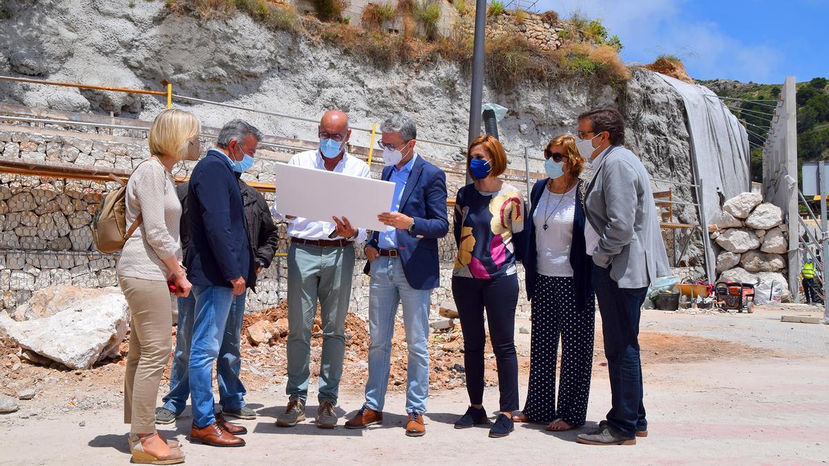 El conseller de Política Territorial, Arcadi España, junto al alcalde, José Chulvi, en las obras de refuerzo del talud de la Caleta del Port de Xàbia
