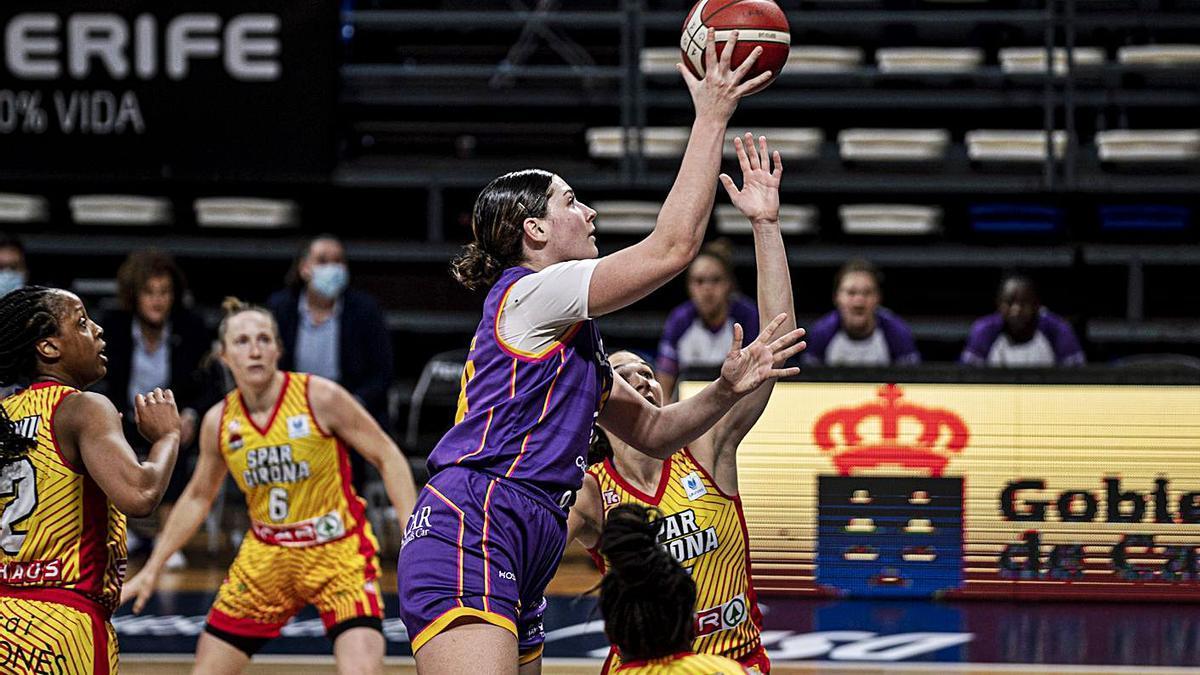 Maria Fasoula lanza a canasta ante la defensa de varias jugadoras del Spar Girona.