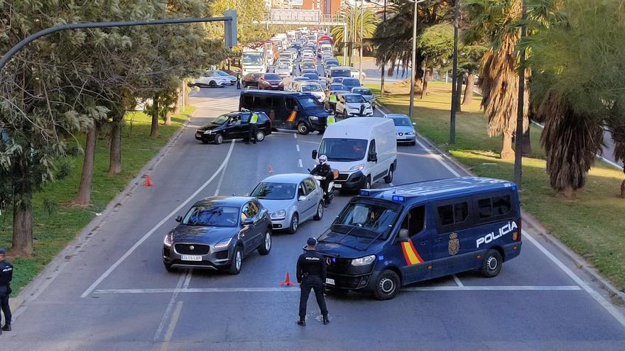 Control policíal en la avenida del Cid de València por el cierre perimetral