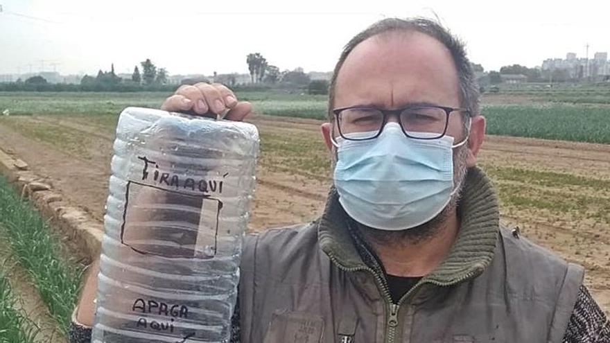 Garrafas de agua con función de cenicero en la huerta