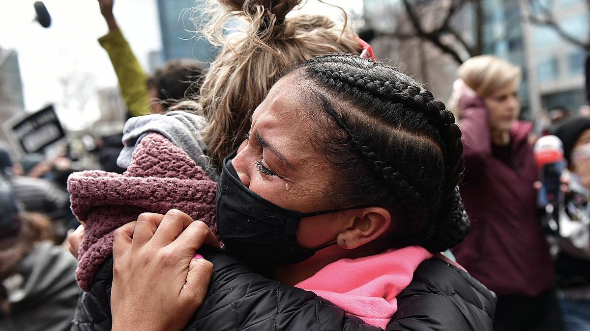 Dos jóvenes celebran el veredicto de culpabilidad en el juicio por la muerte de George Floyd
