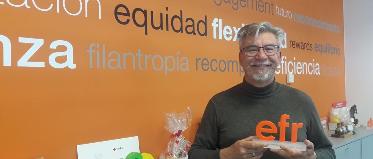 Roberto Martínez, director de la Fundación MásFamilia, junto al certificado EFR .