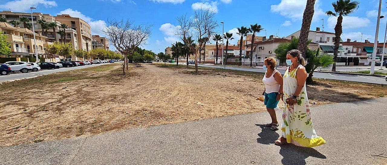 La fase sin ejecutar del bulevar se ha convertido en parking irregular y pipican.  | J.R.ESQUINAS