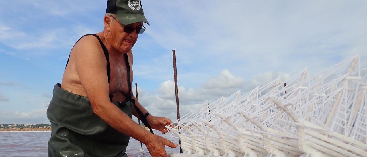 Miguel Pérez es uno de los últimos artesanos de elaboración de barcos de sal