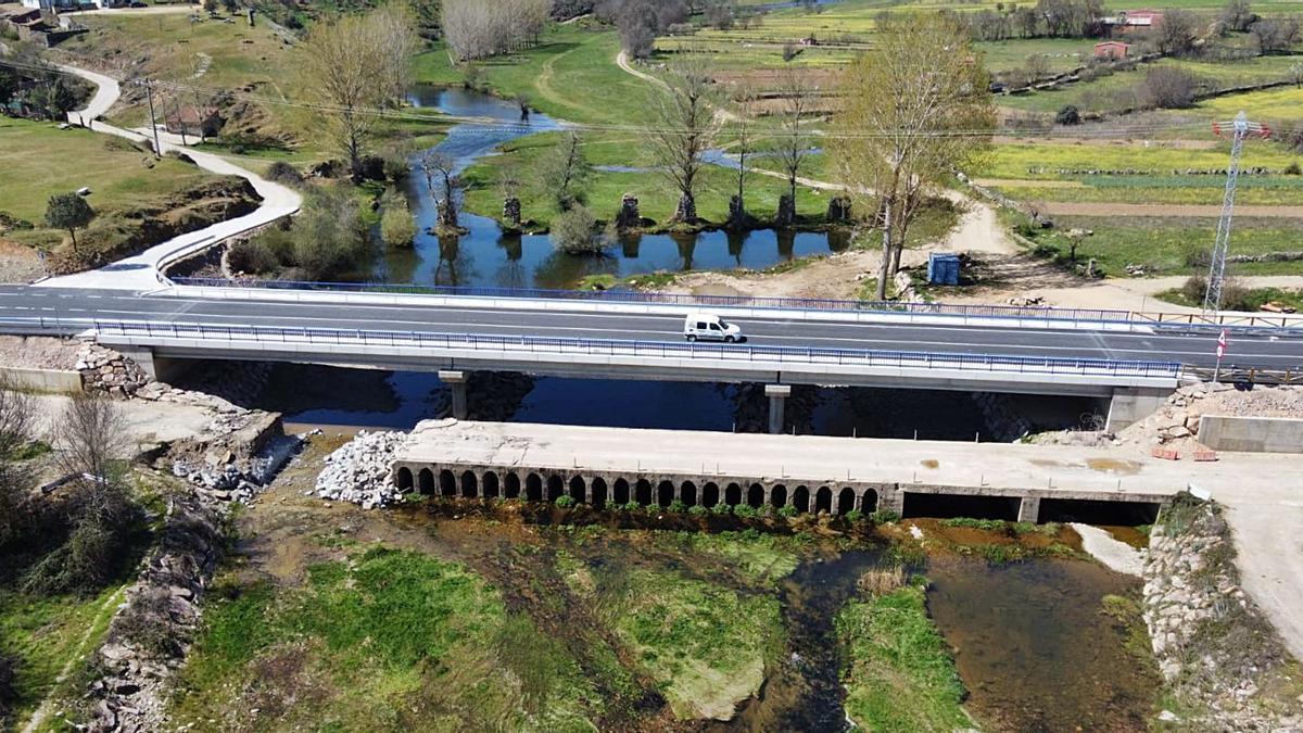 Nuevo puente sobre el río Aliste en Domez. Delante, el puente viejo en proceso de derribo. Detrás, restos del antiguo puente de piedra. | Chany Sebastián