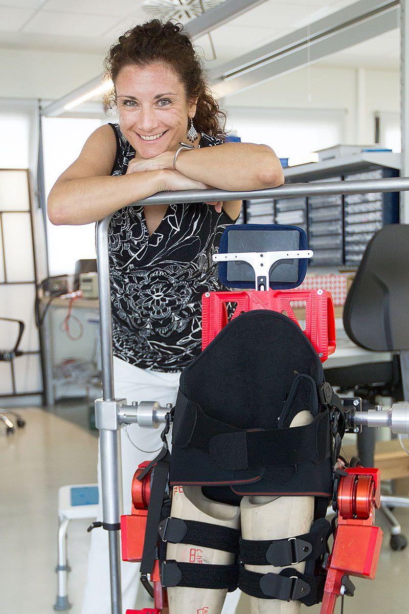 Elena posa sonriente con el exoesqueleto