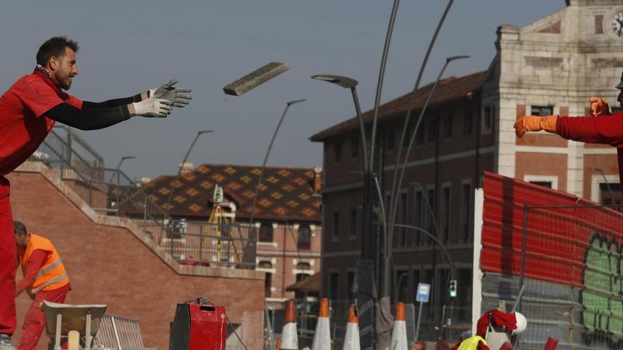 Trabajadores de la construcción urbanizan unas calles en Bilbao.