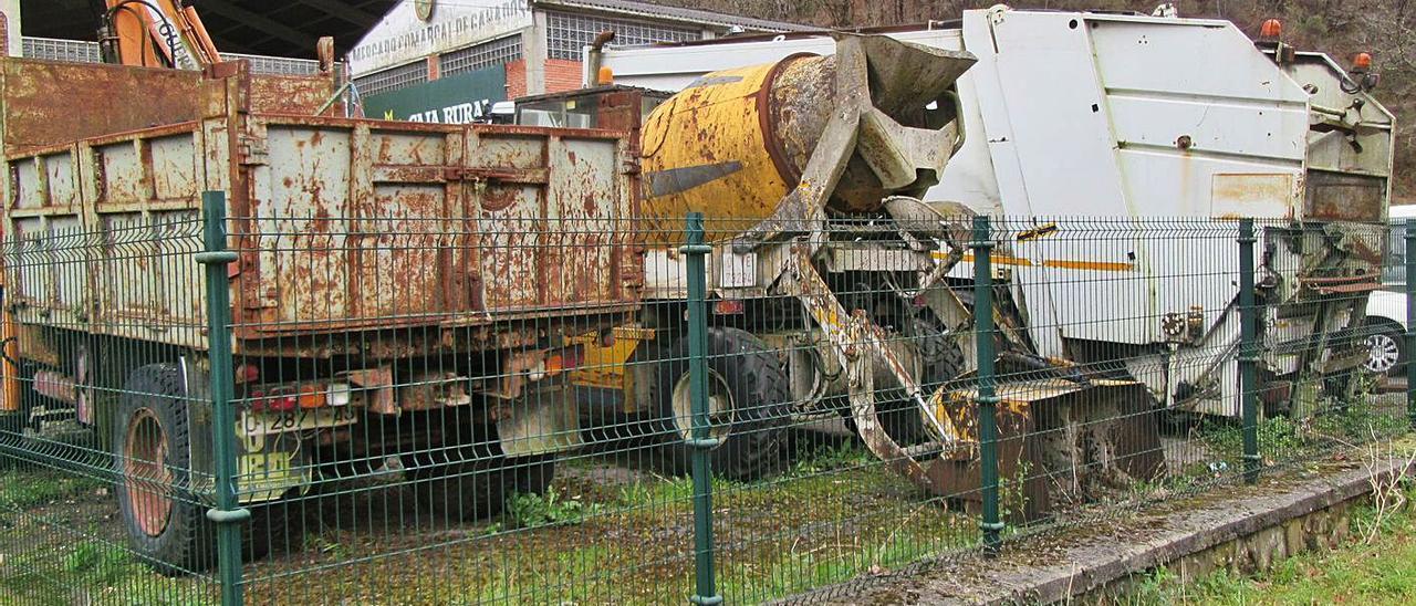 Varios de los vehículos retirados desde hace años en el mercado de ganados de Cangas de Onís. | J. M. C.