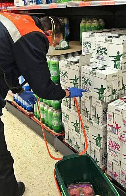 Un voluntario hace la compra en un supermercado para un vecino.   E. P.
