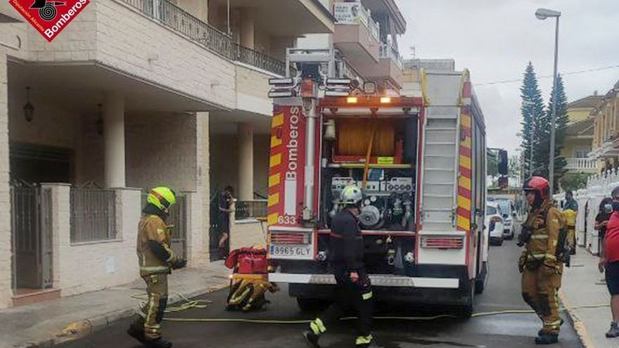 Controlado un incendio en un garaje con un coche, motos y combustible en Formentera del Segura