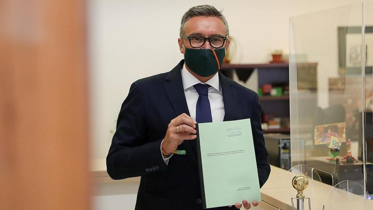 Manuel Gavira, presentando el dictamen de la Comisión para la Recuperación de Andalucía.