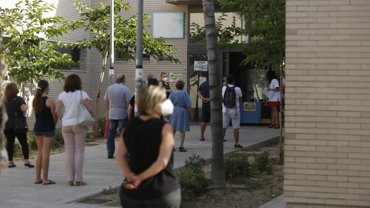 Colas a las puertas de un centro de salud de Alicante.