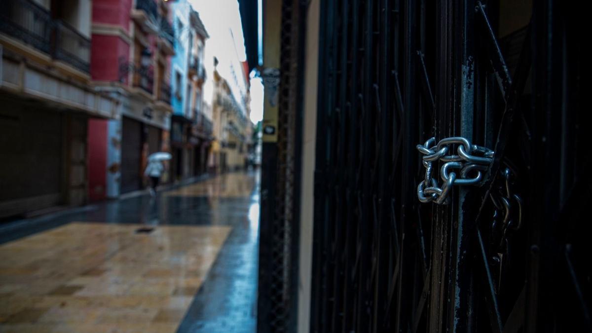 Una calle del centro de Alicante casi vacía por el cierre de la hostelería.
