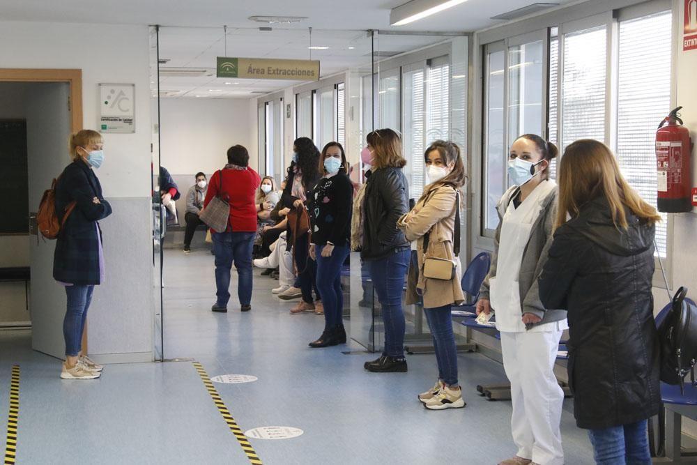 Trabajadoras de ayuda a domicilio reciben las primeras vacunas de AstraZeneca en Córdoba