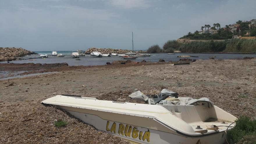 El Campello interviene tras años de abandono para acabar con el  cementerio de barcas de Baeza