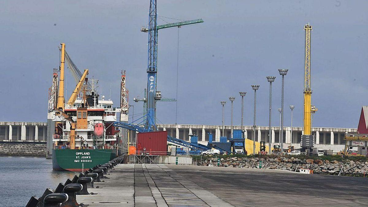 Un buque realiza operaciones con mercancía en el puerto exterior de A Coruña.