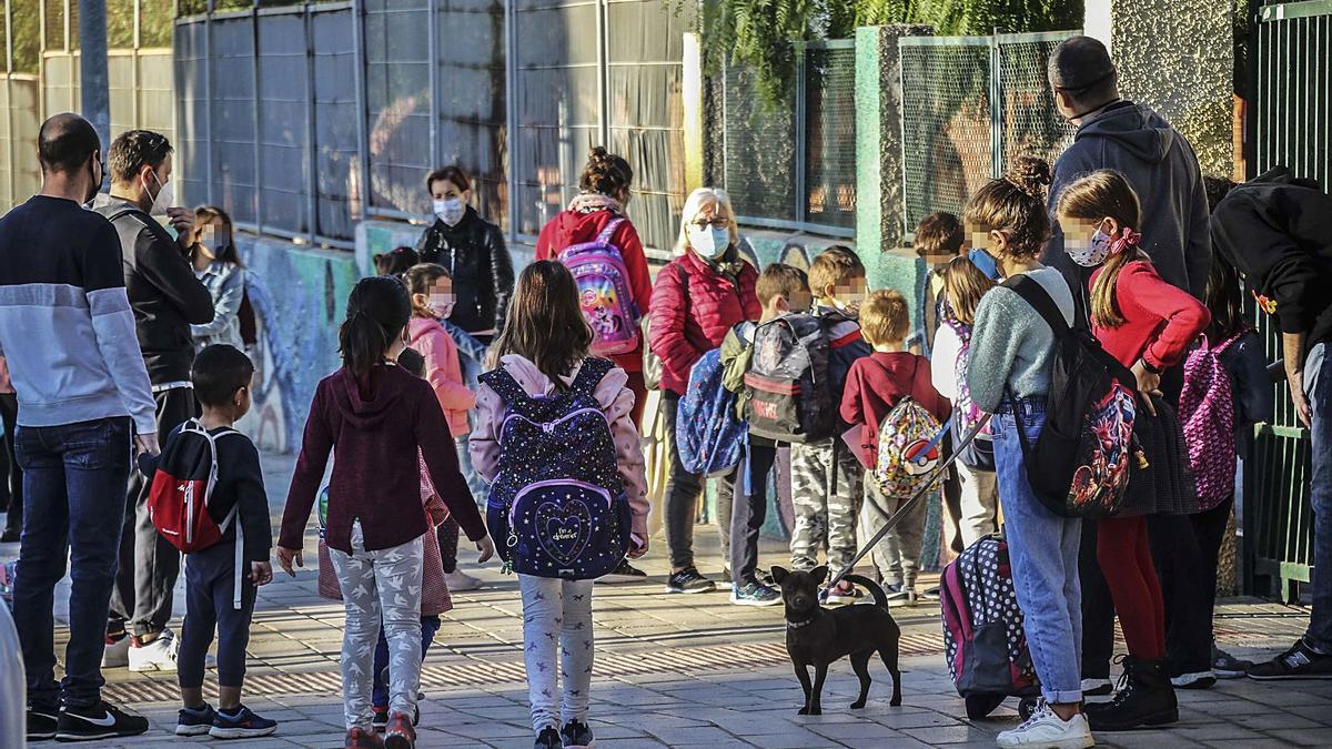 Alumnos en el acceso al colegio esta semana, cargados con mochilas por debajo de la lumbares.    PILAR CORTÉS