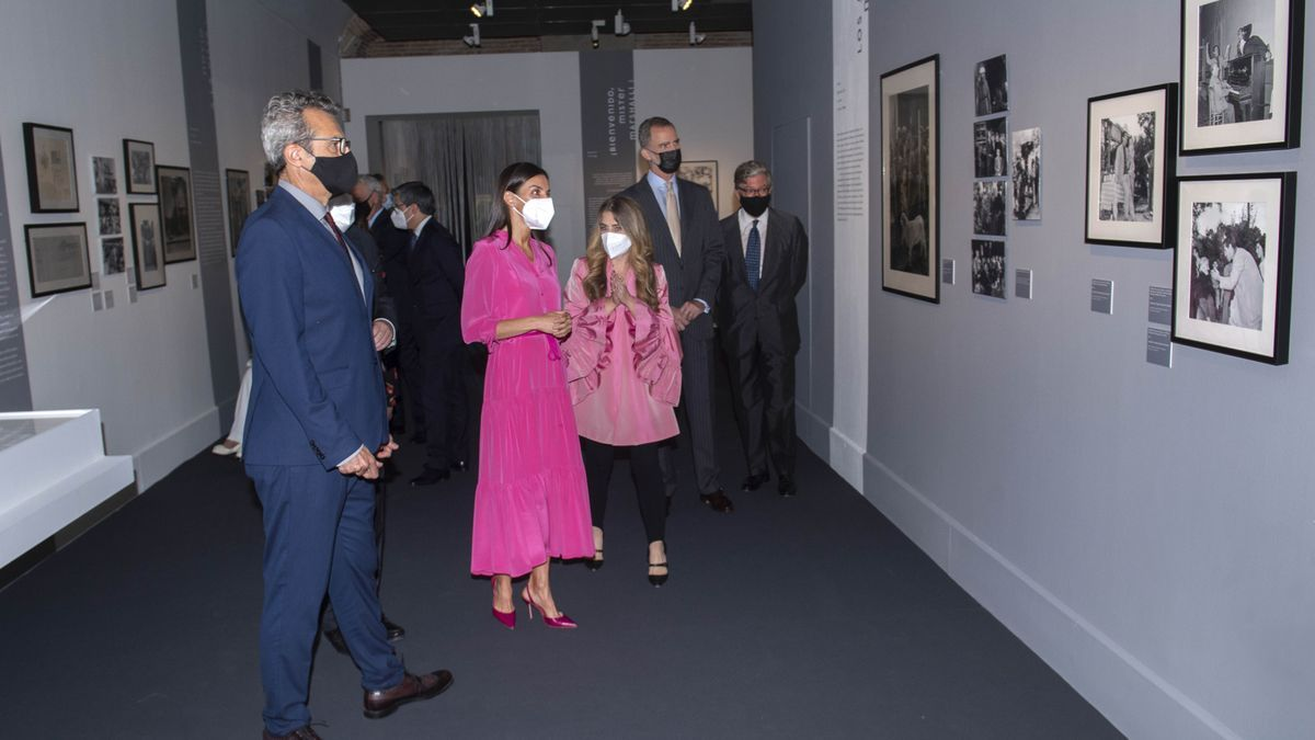 Los Reyes Felipe VI y Letizia Ortiz durante su visita a la exposición 'Berlanguiano, Luis García Berlanga (1921-2021)'