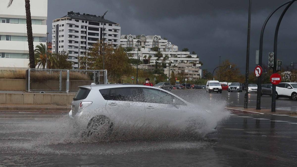 Las tormentas dificultan el tráfico por la V-21 en València