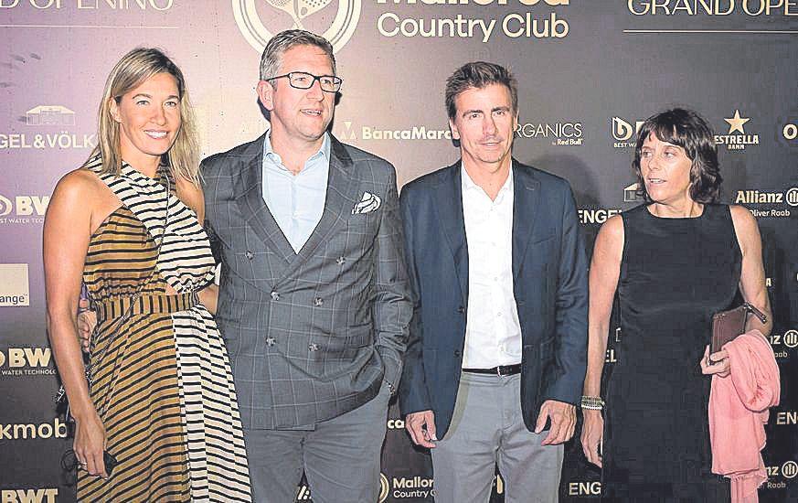 Francisco Vila, consejero delegado de Arabella, junto a  sus amigos.
