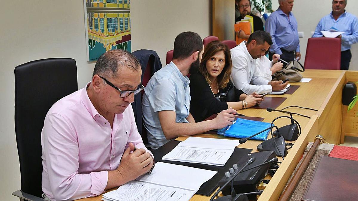 El alcalde y parte del Gobierno local de Carral, durante un pleno. |   // CARLOS PARDELLAS