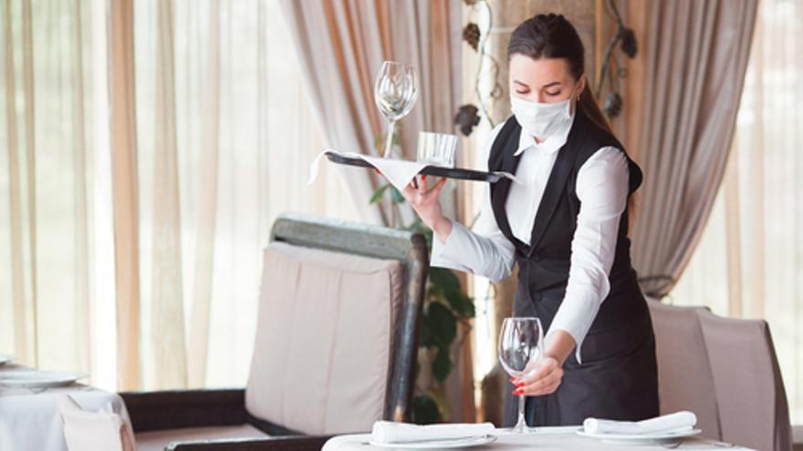 Restaurante de Ibiza, conocido por su comida francesa, busca camarera/o