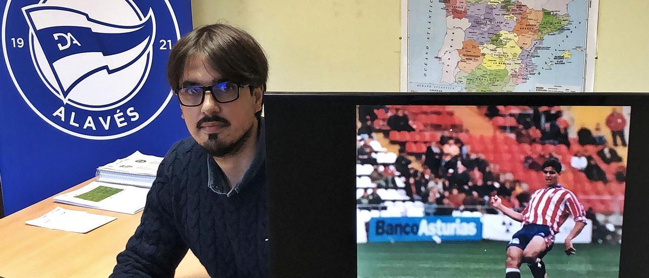 Urbano, en su despacho en el Alavés, junto a una foto de su etapa como rojiblanco. | U. S. P.