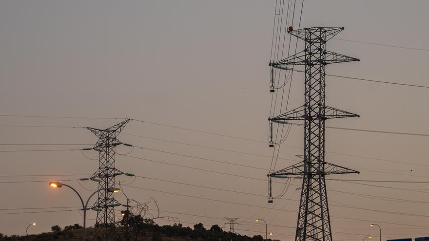 La CNMC estima en 240.000 los contratos afectados por la mayor subida de la luz