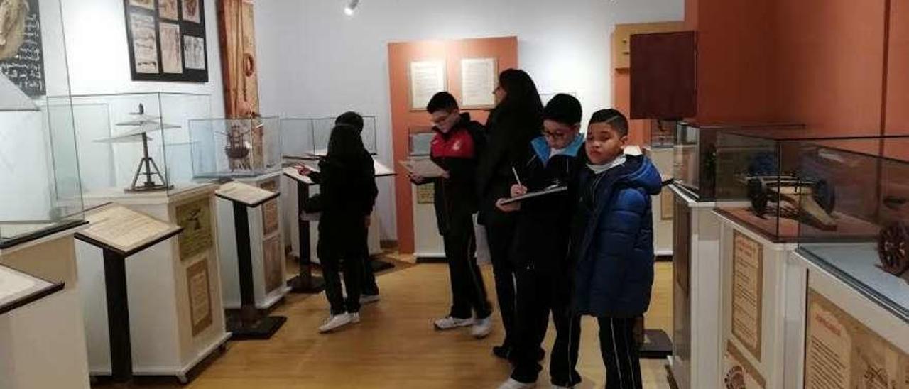 Escolares durante una visita a la muestra en la Casa de Cultura de Ribadesella.