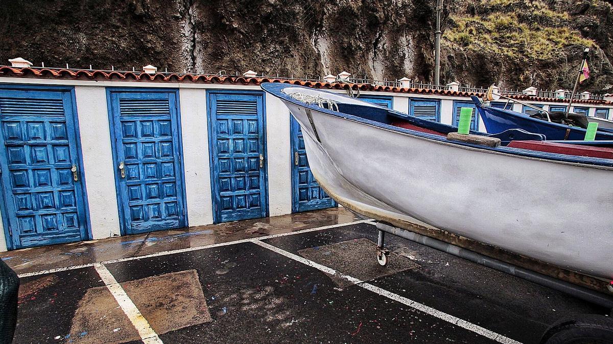Las casetas de los pescadores y varias barcas en el refugio pesquero de Playa de San Marcos, en el litoral de Icod de los Vinos.