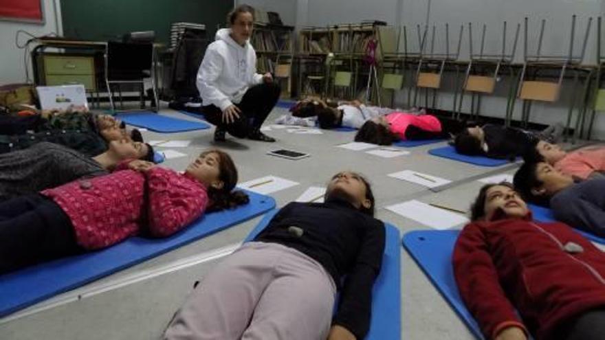 Prop de 2.400 estudiants i 250 professors aprenen a relaxar-se fent ioga i 'mindfulness'